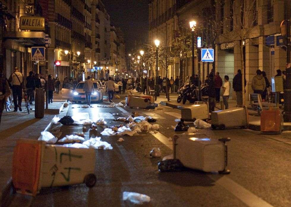 Contenedores en una calle del centro de Madrid, tras la manifestación de primera hora del día.